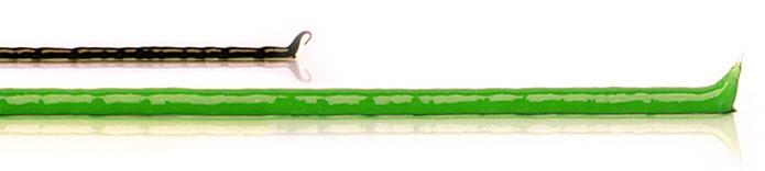 Streifen einer schwarzen Zugsalbe, unterhalb längerer Streifen grüner ilon Salbe classic